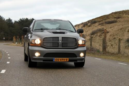 Deze Dodge wil je niet in je binnenspiegel zien landen!