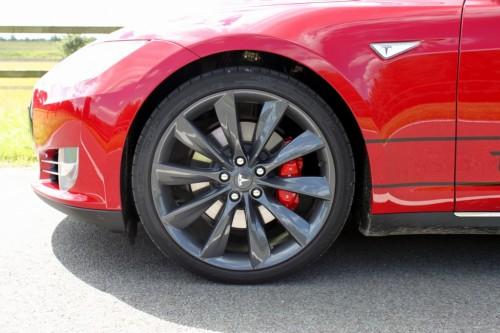 De remmen van de Tesla hebben voldoende stopkracht om de 2200 kg zware Tesla af te remmen
