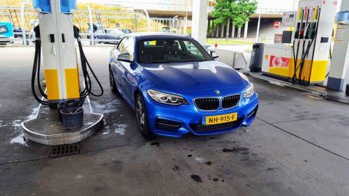 Foto BMW M240i bij Shell benzinestation